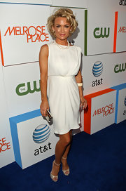 Kelly channeled her inner Marilyn Monroe with this classic white ensemble and short blonde curls.