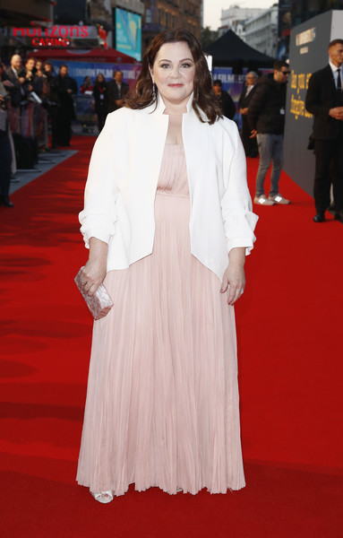 Melissa McCarthy styled her look with a pearlescent box clutch.