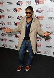 Usher rocks a classic trench coat with this contemporary outfit.  Style comes so easy to this renaissance man!