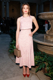 Emmy Rossum sealed off her look with a boxy beige leather purse by Mark Cross.