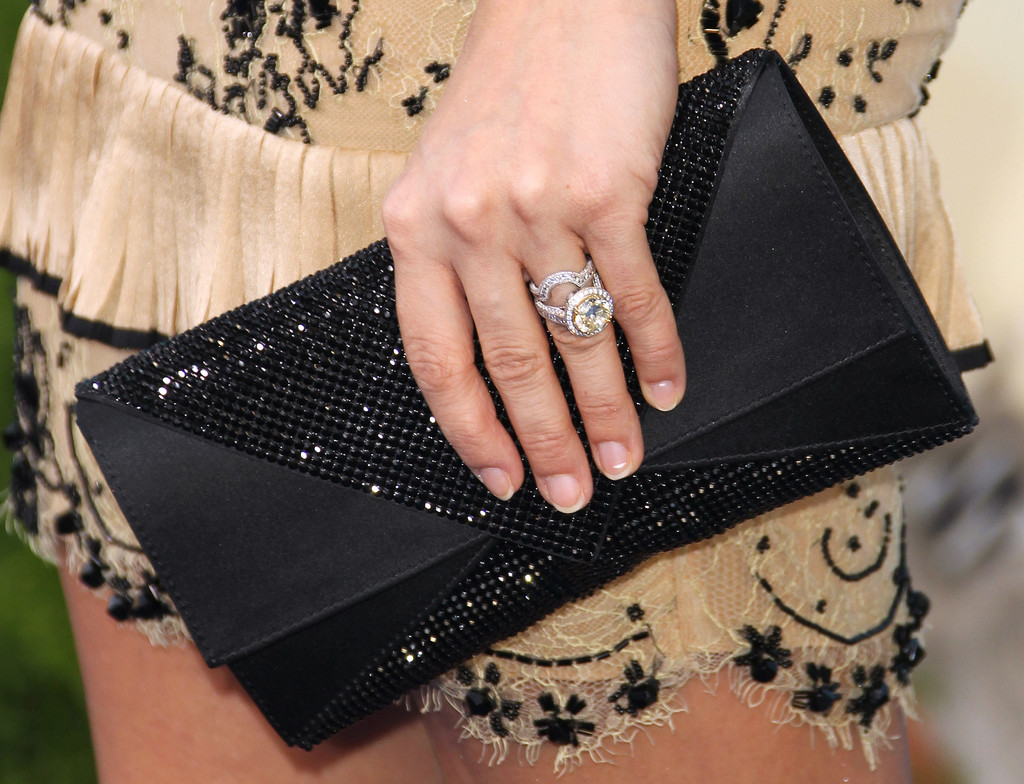 Carrie Underwood Sparkled On The Red Carpet Of 'soul Surfer' With A Decadent Diamond Ring: Carrie Underwood Wedding Ring Dimond At Reisefeber.org