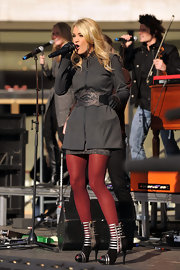 Carrie accessorized her outfit with a wide metallic belt.