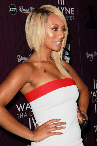 Keri Hilson accessorized her sexy strapless frock with an extra long dangle earring.