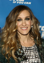 Sarah Jessica Parker gave her look a sultry boost with gun metal metallic shadow. She lined her inner lids to exaggerate her look.