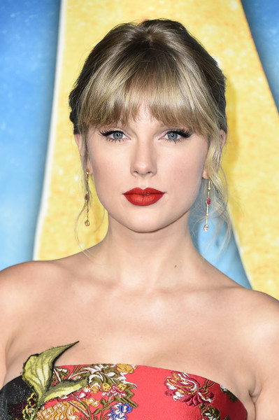 Taylor Swift styled her hair into a loose bun with eye-grazing bangs for the world premiere of 'Cats.'