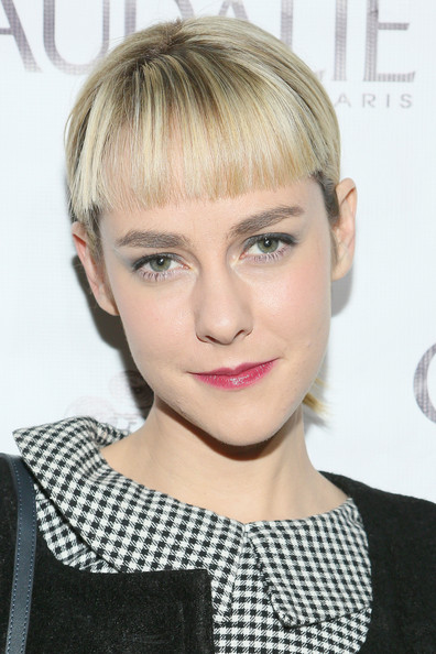 For her makeup, Jena Malone teamed berry lipstick with neutral eyeshadow.