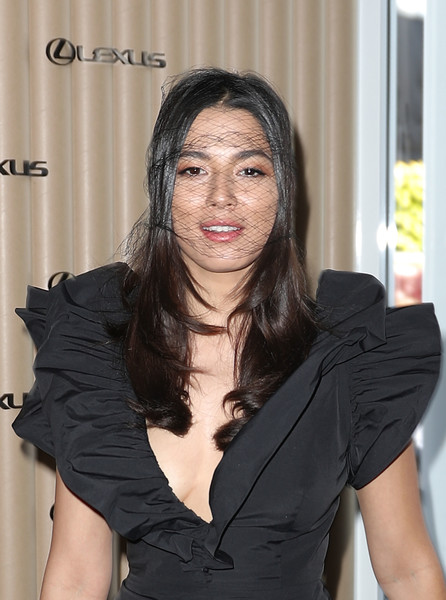 Jessica Gomes worked a loose center-parted style, complete with a black veil, when she attended Derby Day.
