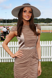 Kate looked chic in a topless sun hat and bronze makeup.