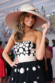 Laura Dundovic's bow-adorned straw hat added a summery feel to her look during the 2009 Emirates Melbourne Cup.