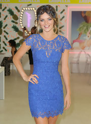 Samara Weaving showed off her enviable figure in a tight-fitting blue lace dress at the Emirates Stakes Day.