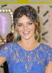 Samara Weaving looked simply adorable in a beaded headdress at the Emirates Stakes Day.