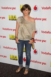 Alejandra Martos chose a gold oversized off-the-shoulder tee for the Mika concert in Madrid.