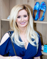 Holly Madison sported a lovely side-parted 'do with wavy ends at the TOMS x Oceana event.