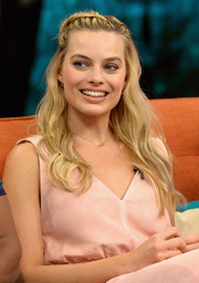Margot Robbie looked oh-so-beautiful wearing this partially braided, wavy hairstyle while visiting 'Despierta America.'