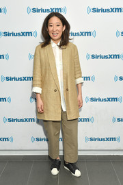 Sandra Oh completed her casual ensemble with black-and-white velcro sneakers.