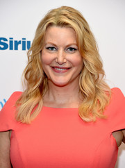 Anna Gunn dolled up her look with this wavy hairstyle for her visit to SiriusXM.