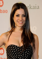 Aroa wore sleek ling locks that were parted down the center.