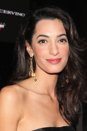 Amal Alamuddin dolled up her look with a pair of gold chandelier earrings.