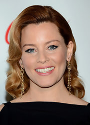Instead of choosing the typical bright red lipstick, Elizabeth Banks chose a soft rosy pink lip color to top off her retro-glam look.