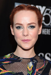 Jena Malone finished off her colorful beauty look with pink lipstick.