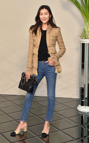 Liu Wen completed her casual yet super-stylish ensemble with a black chain-strap bag by Chanel.