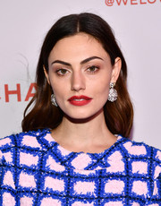 Phoebe Tonkin's matte red lipstick worked gorgeously with her blue and pink outfit.