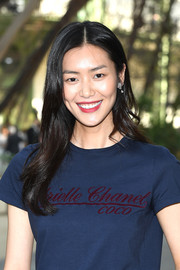 Liu Wen looked sweet with her loose, center-parted 'do at the Chanel Haute Couture show.