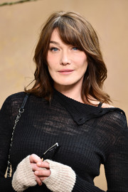 Carla Bruni-Sarkozy framed her face with shoulder-length waves and side-swept bangs for the Chanel Fall 2018 show.
