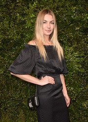 Jessica Hart's black chain-strap bag and off-the-shoulder dress at the Charles Finch and Chanel pre-Oscar dinner were a classic and elegant pairing!