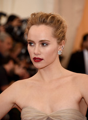 Suki Waterhouse added some sexiness with a deep red lip color.