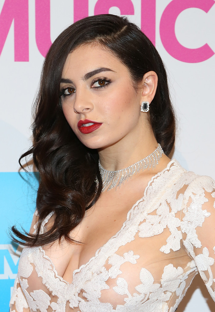 Charli Xcx Side Sweep Charli Xcx Looks Stylebistro