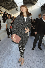 Elettra Wiedemann complemented her busy mixed-print outfit with a simple nude leather clutch.