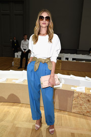 Rosie Huntington-Whiteley sealed off her look with a nude leather clutch.