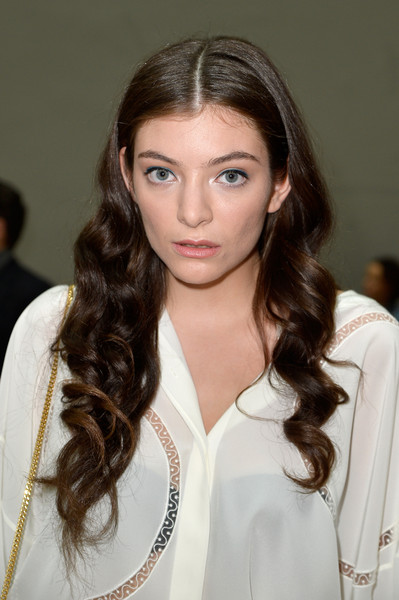 Lorde wore her tresses in a cascade of sweet curls during the Chloe fashion show.