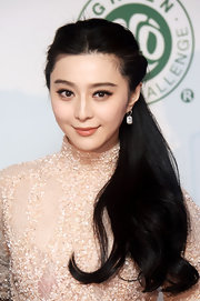 A soft nude lipstick add just a bit of natural coloring to Fan Bingbing's red carpet beauty look.