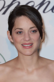 To keep her look soft and lovely, Marion opted for a blush-colored eyeshadow and a matching pink lip.