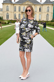 Elizabeth Von Guttman looked vibrant in a printed maternity dress during the Dior Couture fashion show.