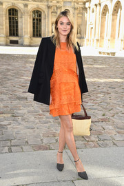 Camille Rowe finished off her outfit with a cream-colored tweed tote with brown leather trim.
