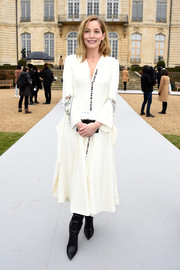 Lucie de la Falaise looked very classy at the Dior Couture show in a white button-down dress with embroidered sleeves.