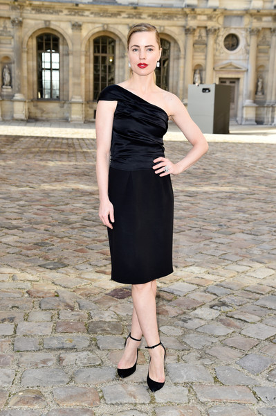 Melissa George was classic and sophisticated in a one-shoulder LBD at the Christian Dior fashion show.