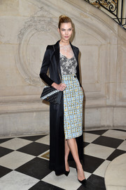 Karlie Kloss styled her look with a patterned chain-strap bag by Dior.