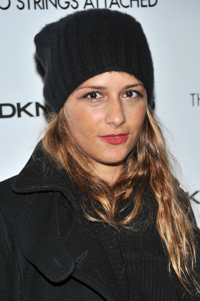 Charlotte dons a black ribbed knit beanie for this casual-cool red carpet ensemble.
