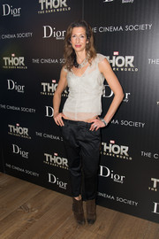 Alysia Reiner added a hip-hop vibe to her look with low-slung black Capri pants.