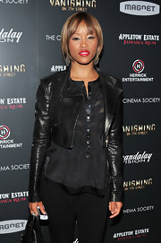 Eve rocked a short bob with blunt cut bangs. Soft blond highlights accented her caramel brown tresses.