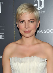 Michelle Williams added a soft touch to her delicate look with peach-hued shadow. The color evoked a subtle yet alluring look.
