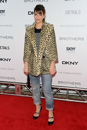 Amanda makes an interesting red carpet combination in this leopard print coat and striped tee.