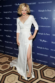 Rachel wore the perfect white gown to the 'Midnight in Paris' premiere donning a hip-high slit and short retro curls. Magnifico!