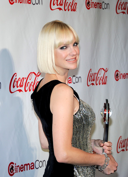 More Pics of Anna Farris Pageboy (3 of 8) - Anna Farris Lookbook - StyleBistro