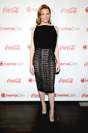 Elizabeth Banks showed off her curves with this black and tan dress that featured exposed shoulders and a fitted patterned skirt.