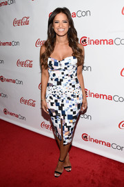 Rocsi Diaz looked very curvy in her tight-fitting graphic-print strapless dress during the CinemaCon Big Screen Achievement Awards.